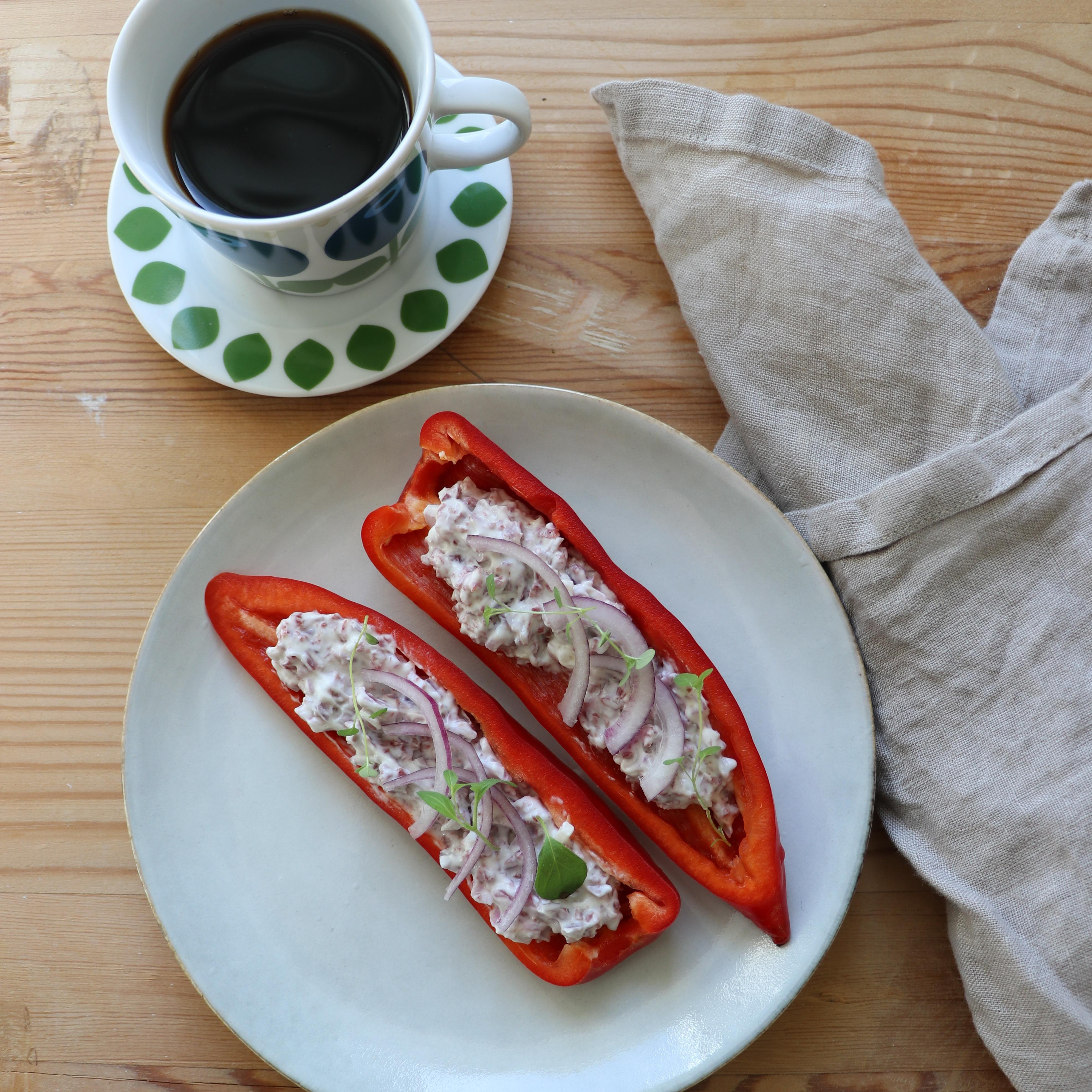 Fyllda snacks paprikor med Wild Chips Röra toppad med tunt skivar rödlök