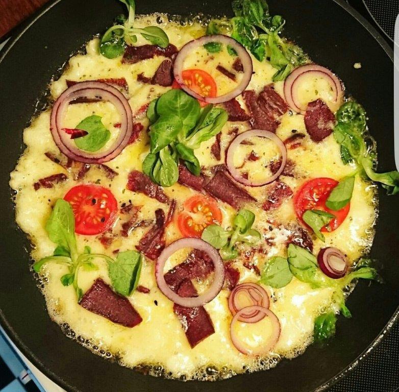 Omelett med Wild Chips rödlök och tomat