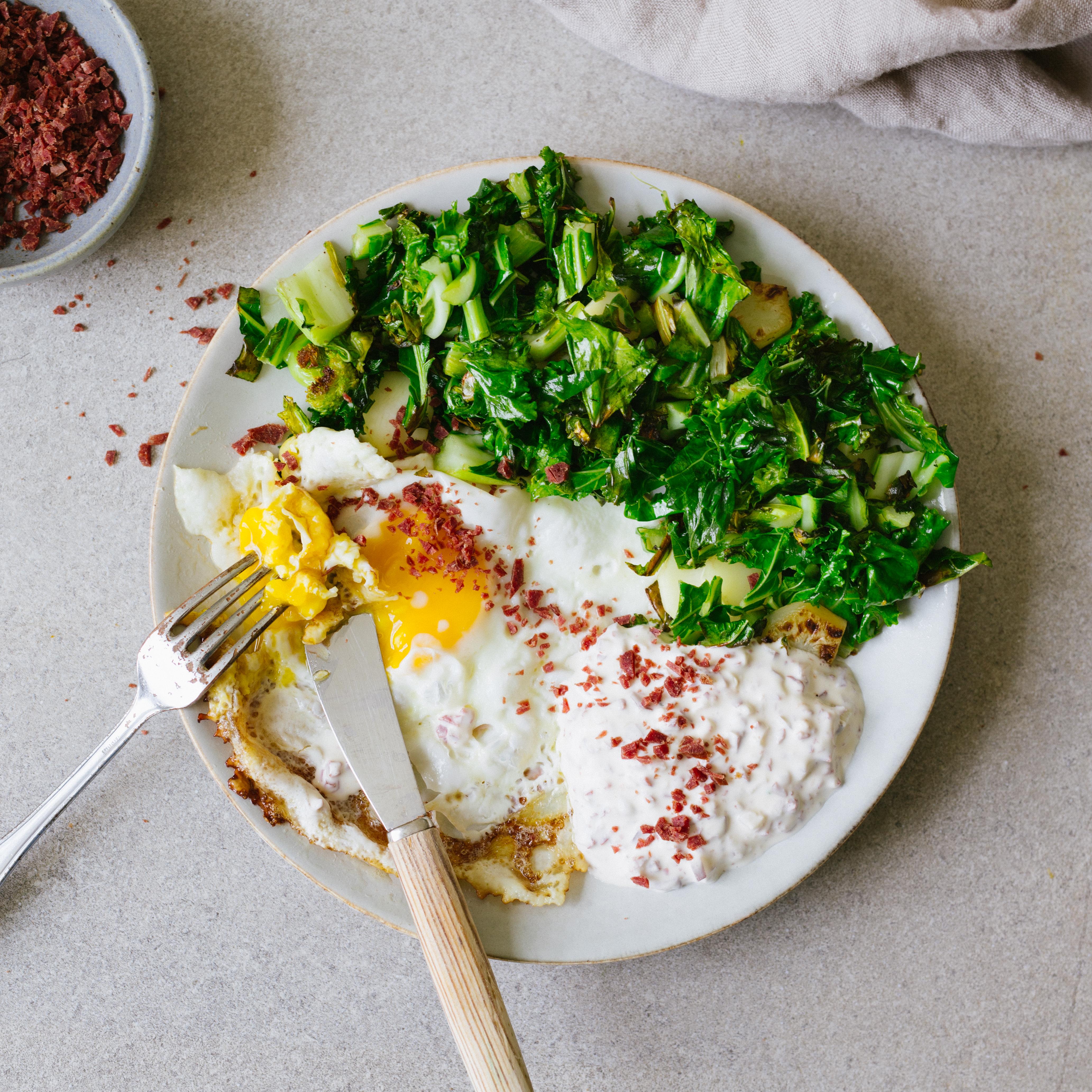 Snabblunch eller frukost. Stekt ägg, stekt kål och en klick Wild Chips röra. Enkelt och supergott!