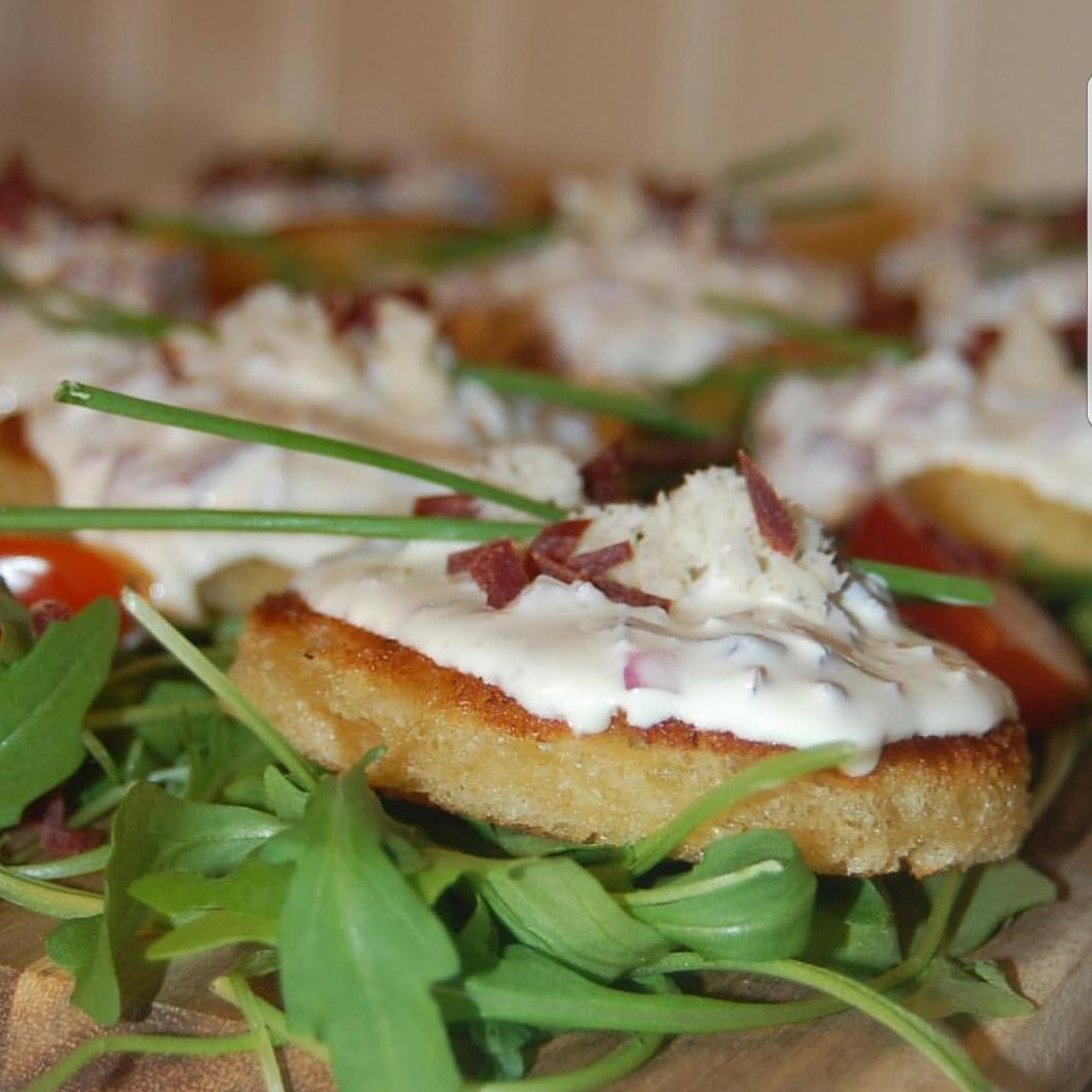 Förrätt toast med Wild Chips röra toppad med färskriven pepparot