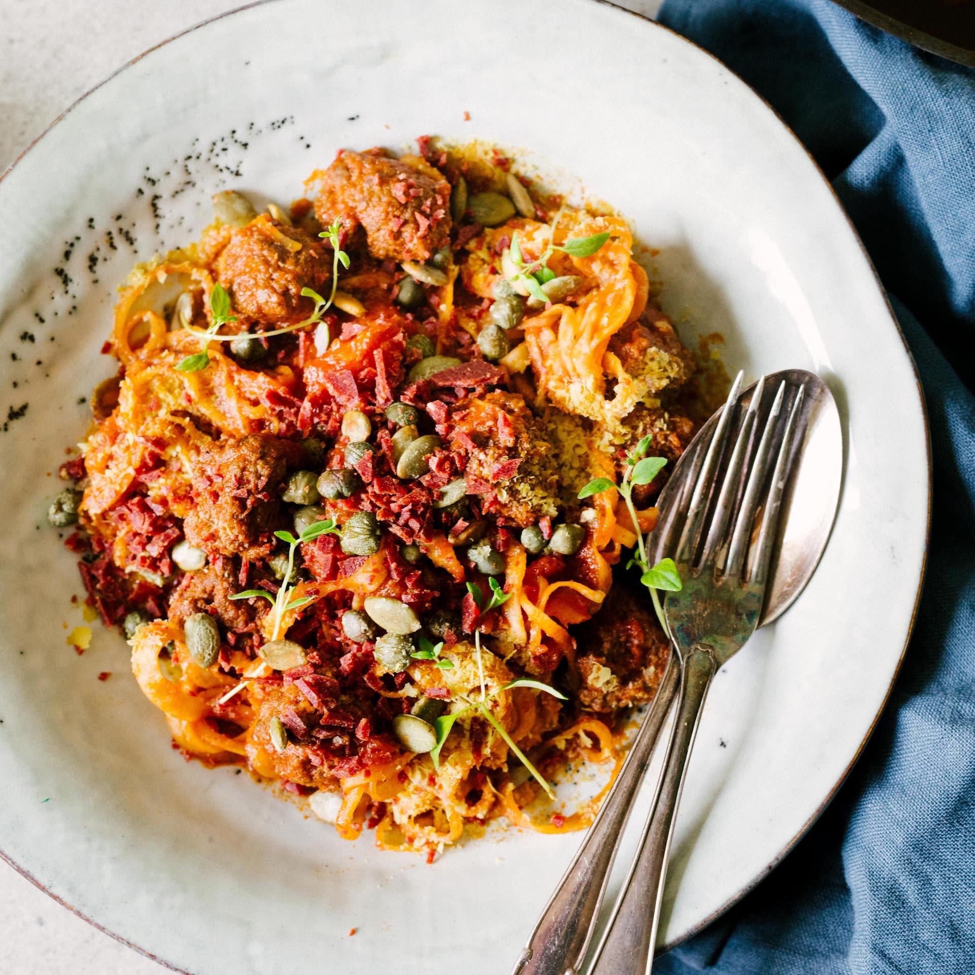 Kålrotspasta, köttbullar i tomatsås och en masa Wild Chips strössel på toppen.