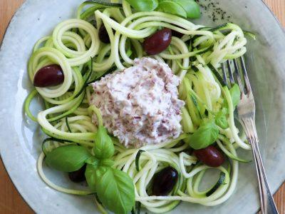 Grönsaks pasta Zoodlad Zucchini med varm Wild Chips Röra.